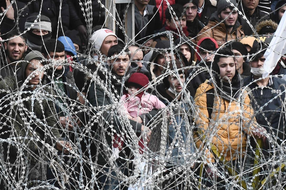 Siirtolaisia Turkin ja Kreikan rajalla Kastaniesissa.