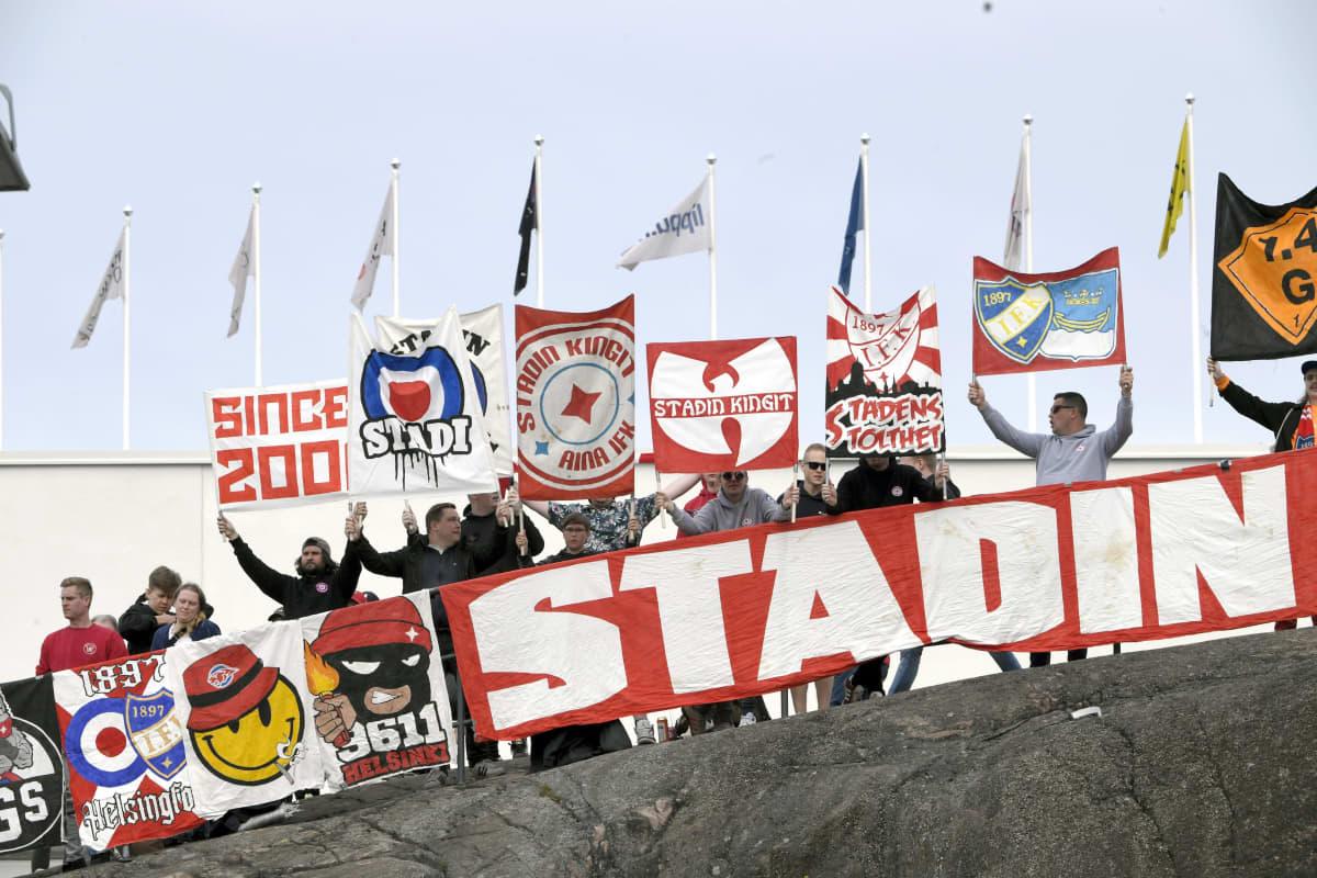 HIFK:n fanit seurasivat jalkapallon Veikkausliigan ottelua HIFK - Ilves stadionin ulkopuolella Helsingissä.