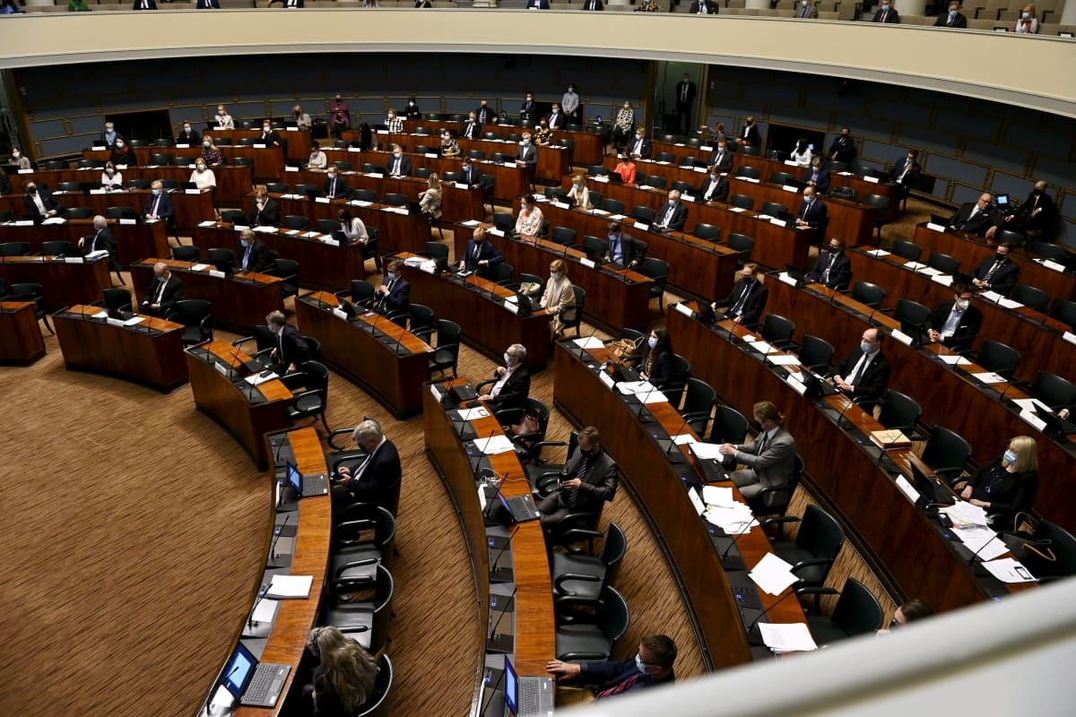 Kansanedustajia istuntosalissa eduskunnan täysistunnossa Helsingissä 18. toukokuuta 2021.