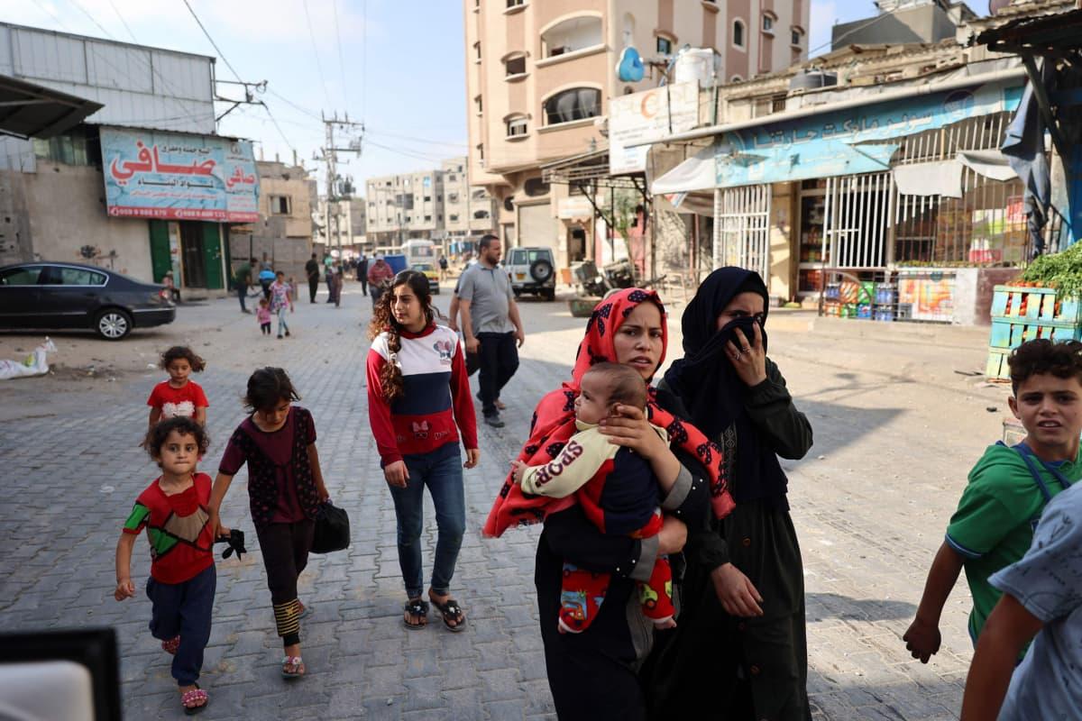 Palestiinalaiset siviilit kävelevät kadulla.