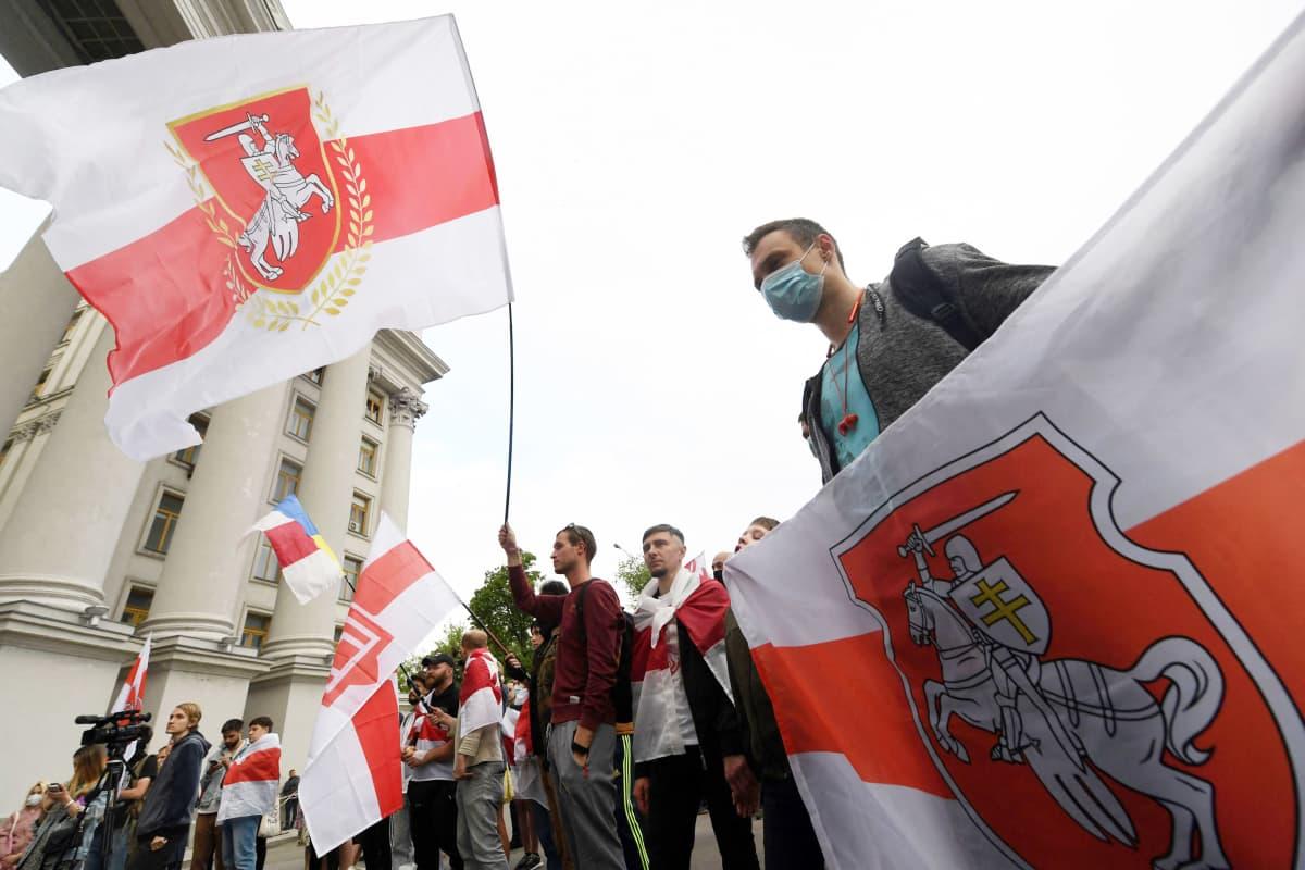 Valkovenäläiset aktivistit osoittavat mieltään Ukrainassa.