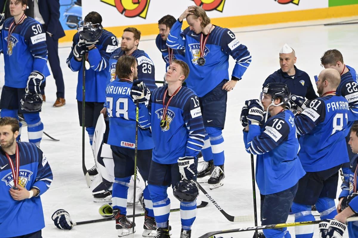 Suomen pelaajat olivat pettyneitä MM-finaalin jälkeen. Keskellä Anton Lundell.