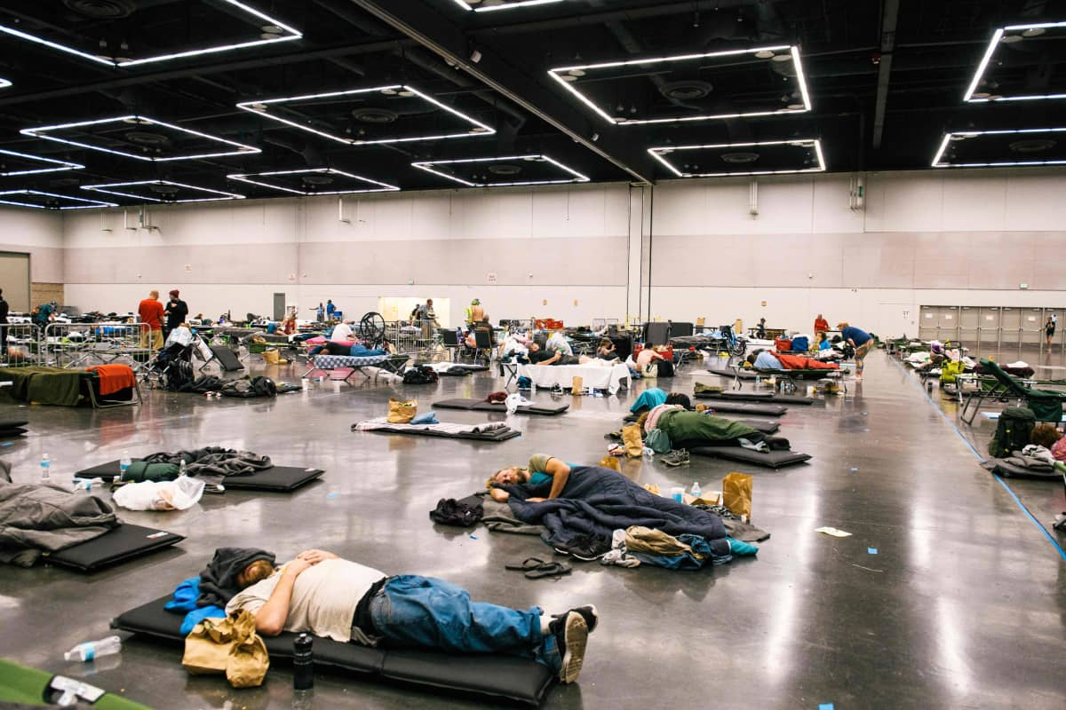 Ihmisiä lepäilemässä vilvoittelukeskukseksi muutetussa tilassa Portlandissa, Oregonissa.