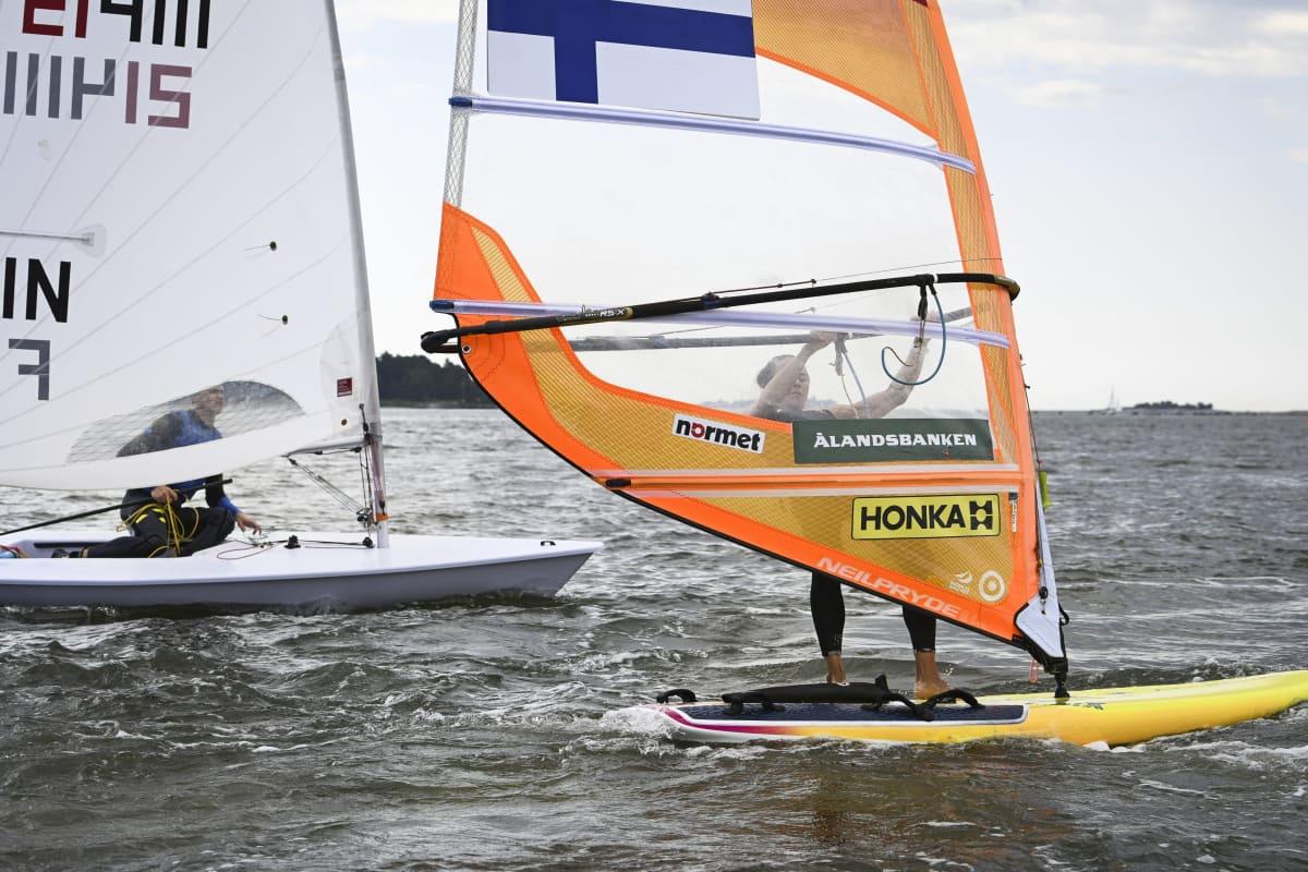 Laser standard -purjehtija Kaarle Tapper (vas.) ja RS:X-purjelautailija Tuuli Petäjä-Siren vesillä.