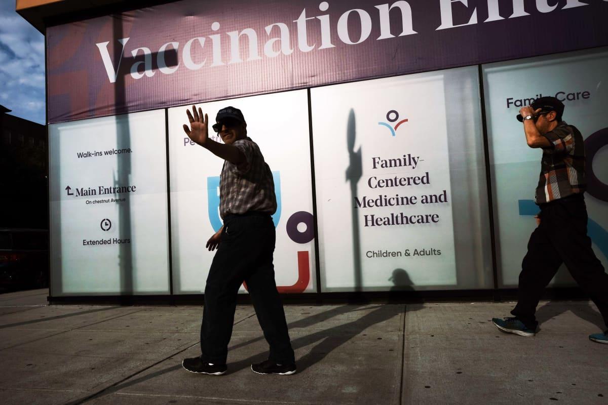 Ihmisiä koronarokotuspaikan edustalla New Yorkissa.