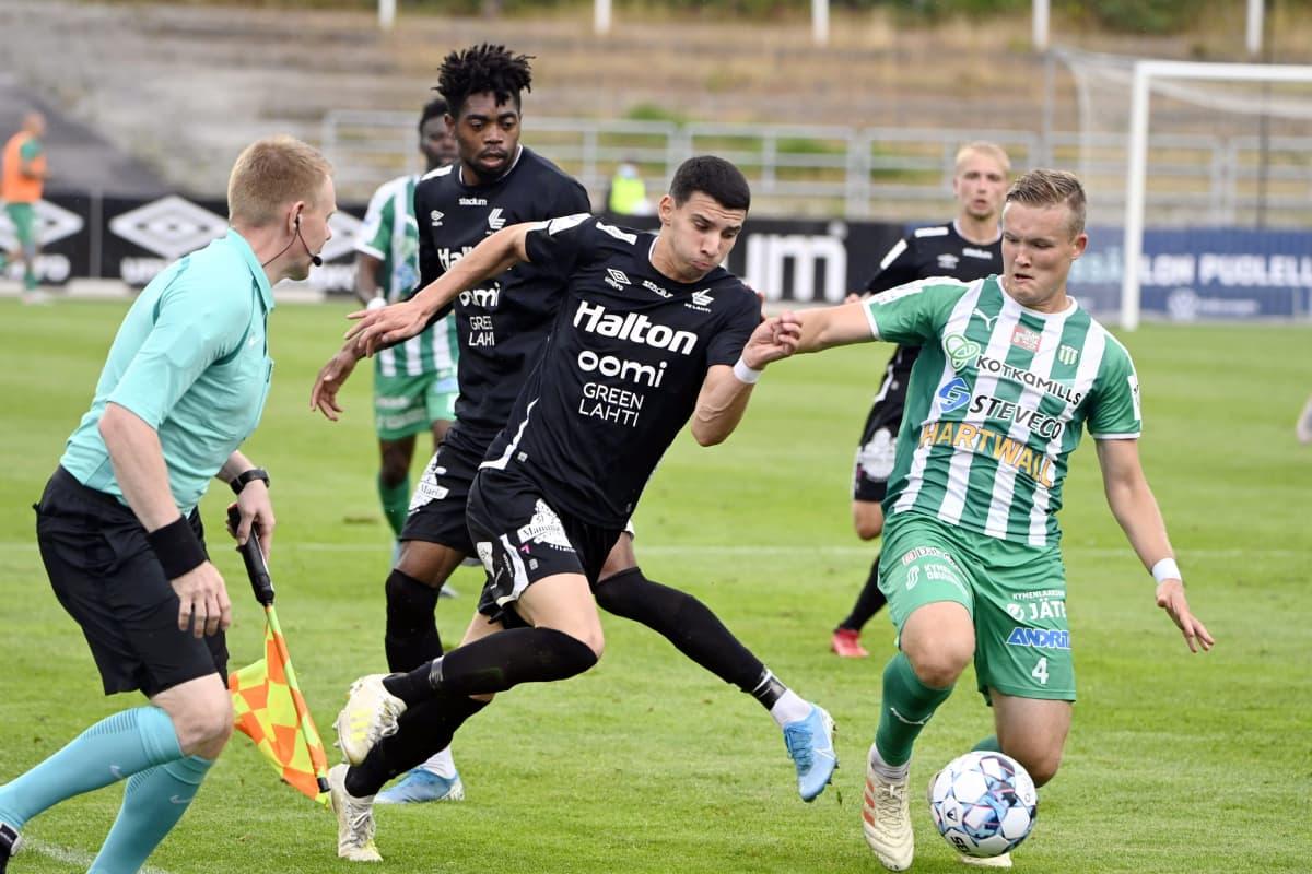 FC Lahden Altin Zeqiri (vas.) ja KTP:n Paavo Voutilainen kamppailevat