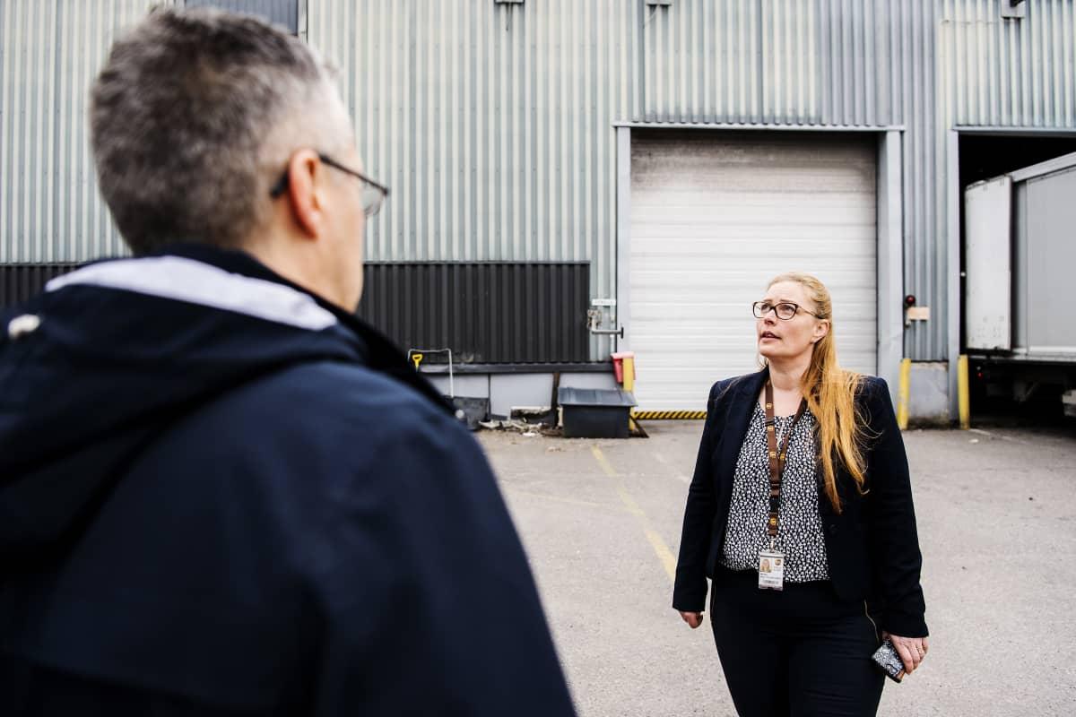 Kuvassa Star-Cargo Oy:n kautta UPS:lle työskentelevä toimitusjohtaja Håkan Stara juttelee UPS:n business manager Miina Kauttu-Hirvoselle.