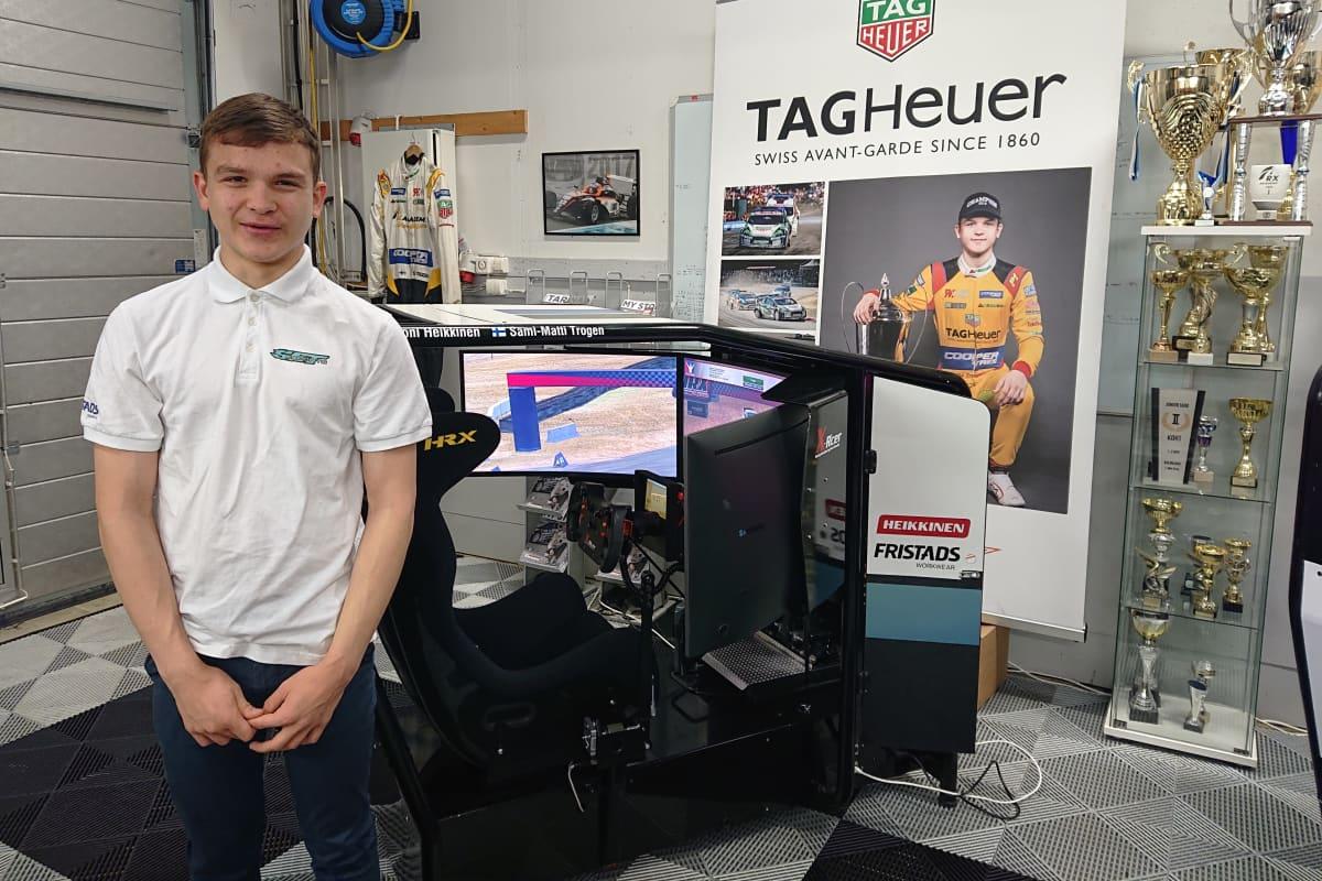 Sami-Matti Trogen ajosimulaattorinsa edessä.