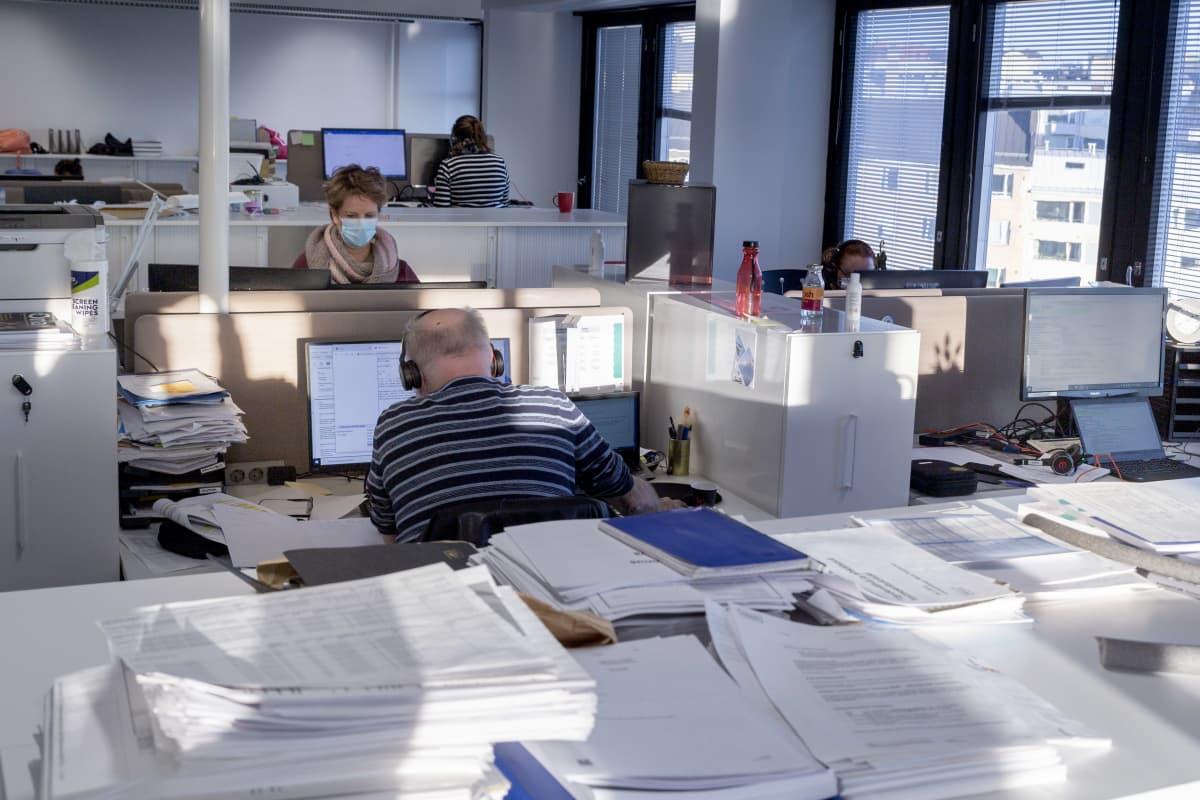 Koronajäljittäjiä työssään Kallion Virastotalossa.
