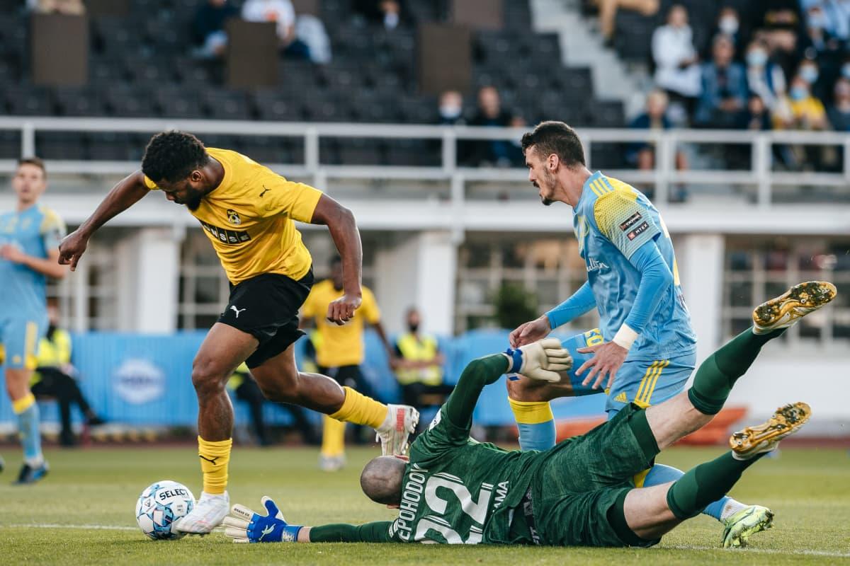 Aniekpeno Udoh rundar Astanas målvakt.