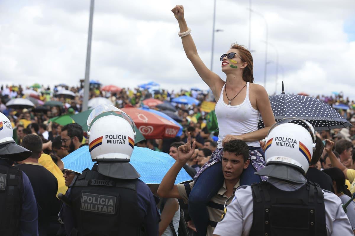 Mielenosoittajia Brasilian pääkaupungissa 17.3. 2016.