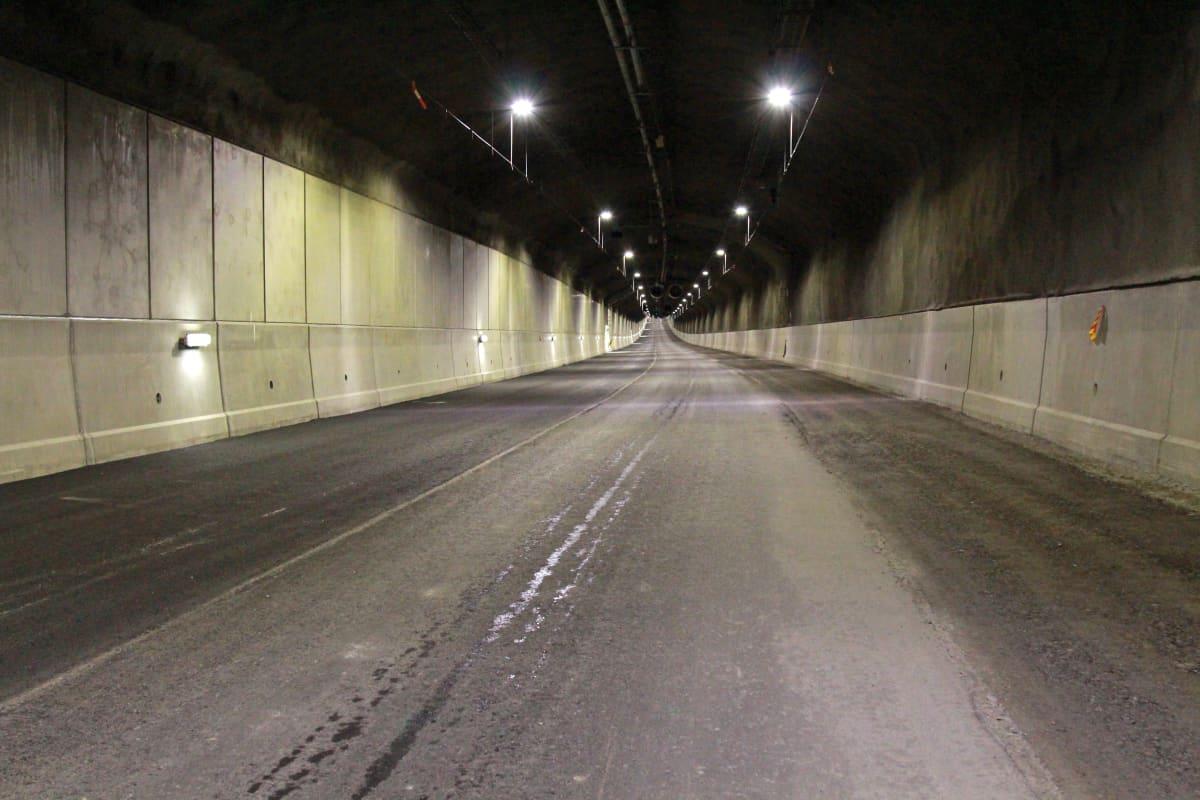 Vastapäällystetty, tyhjä tunneli.