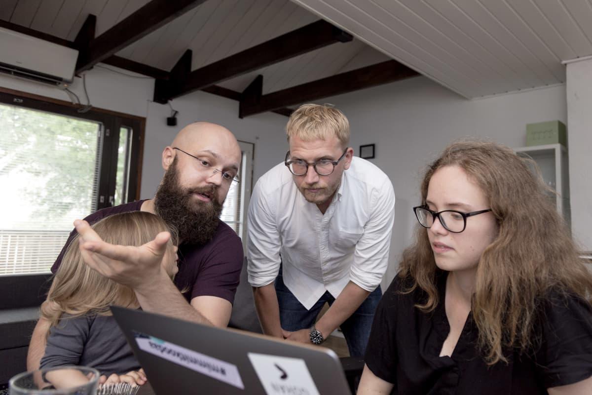 Anastasia Diudina, Vas Zayarskiy ja Ville Sinisalo katsovat tietokoneen kuvaruutua.