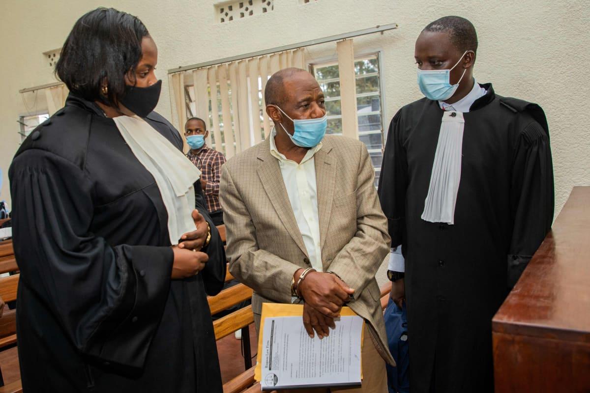 Paul Rusesabagina keskusteli asianajajiensa kanssa Ruandan pääkaupungissa Kigalissa.