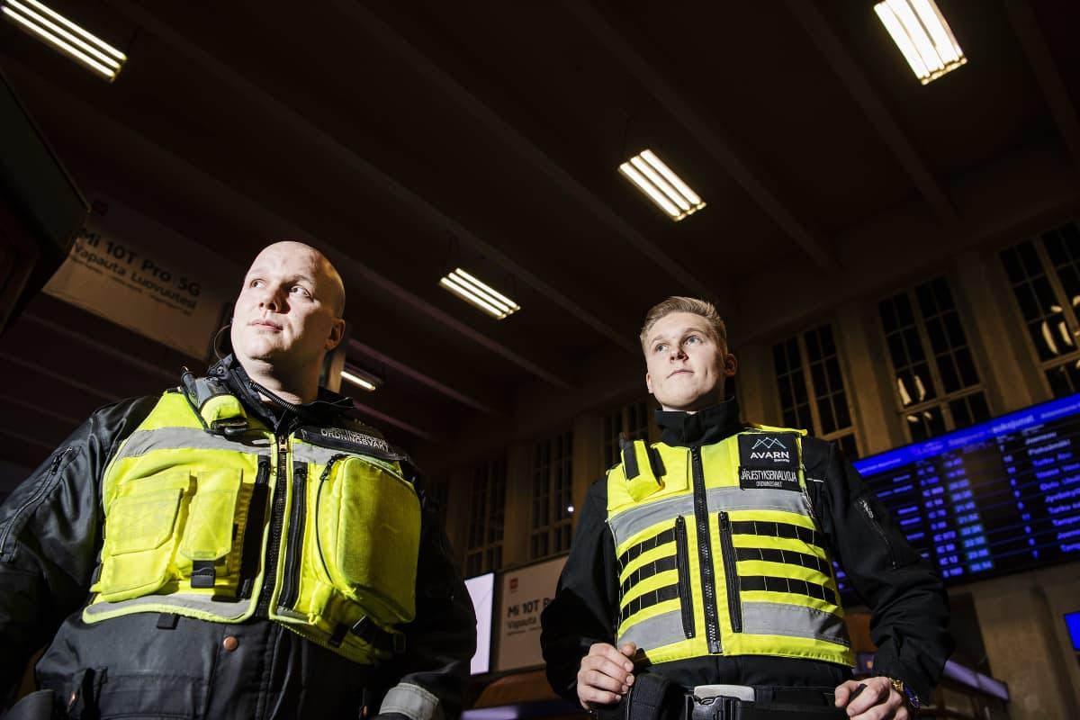 Kuvassa poseeraavat järjestyksenvalvojat Arttu Somero ja Veikka Kuisma 11. marraskuuta 2020.