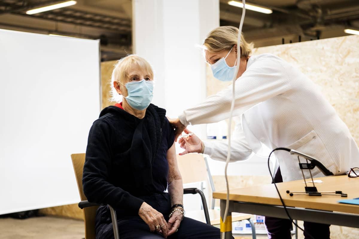 Helena Mäki sai koronavirusrokotteen Helsingissä 1. helmikuuta.