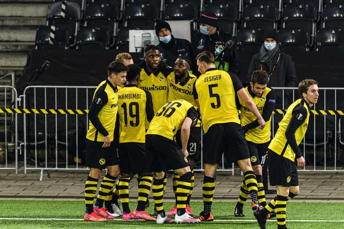 Berniläisseura Young Boys juhlii maalia Eurooppa-liigan pudotuspeleissä Leverkusenia vastaan.