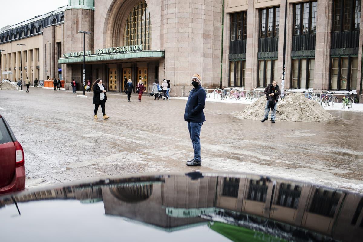 Taksinkuljettaja Abdifatah Osman kuvattiin Rautatientorilla maaliskuussa.