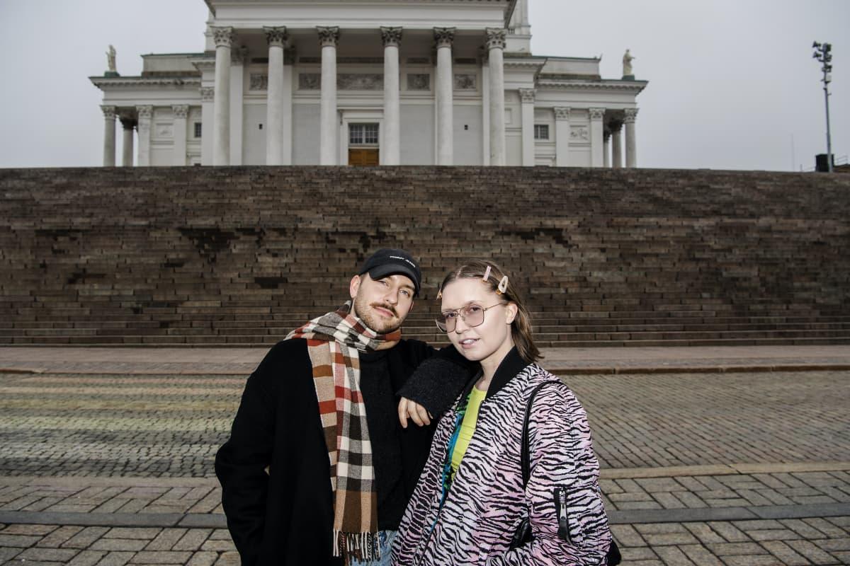 Arttu Mustonen ja Janita Autio Helsingin Tuomiokirkon portailla maaliskuussa.