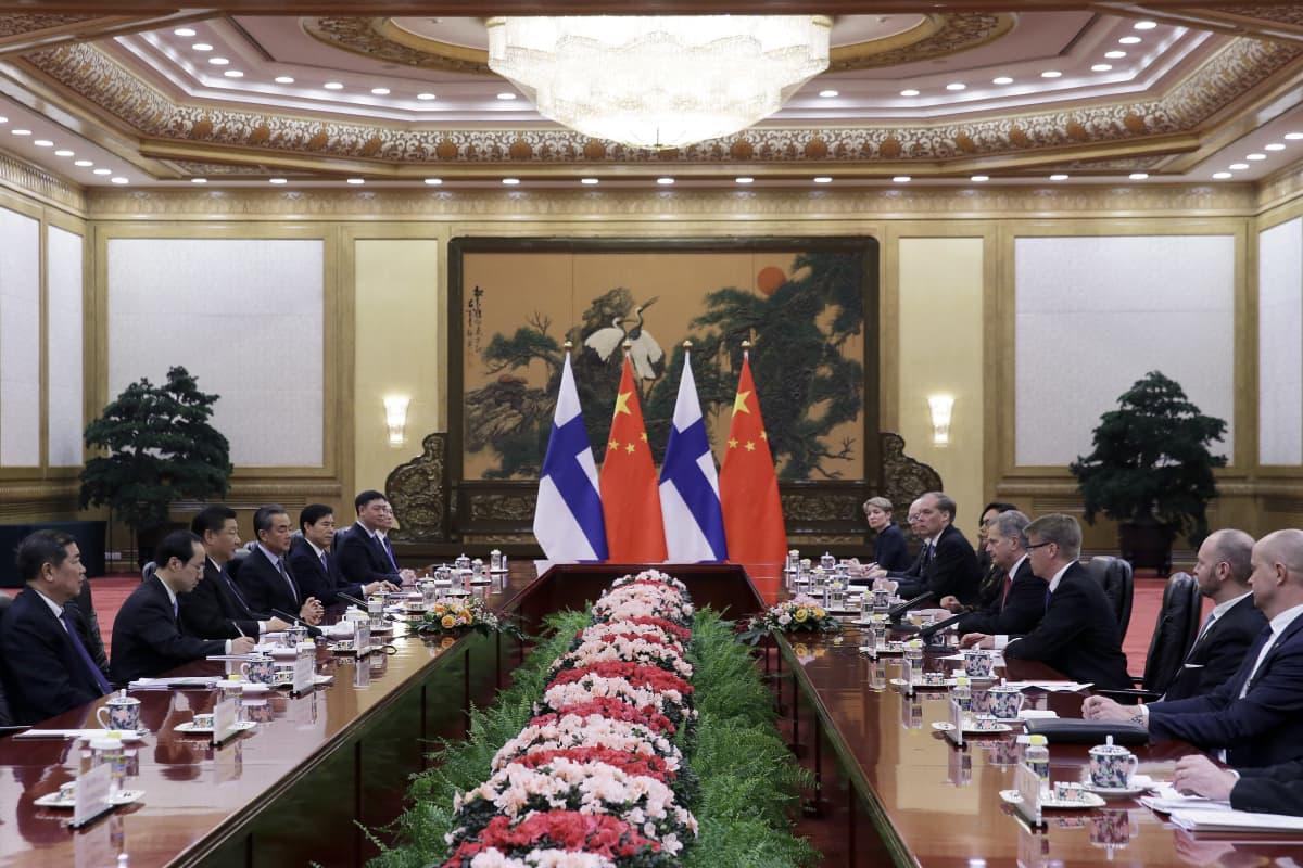 Kiinan presidentti Xi Jinping puhuu Suomen presidentti Sauli Niinistön kanssa heidän tapaamisensa aikana Kiinan kansantasavallan suuressa salissa Pekingissä, tammikuussa 2019.