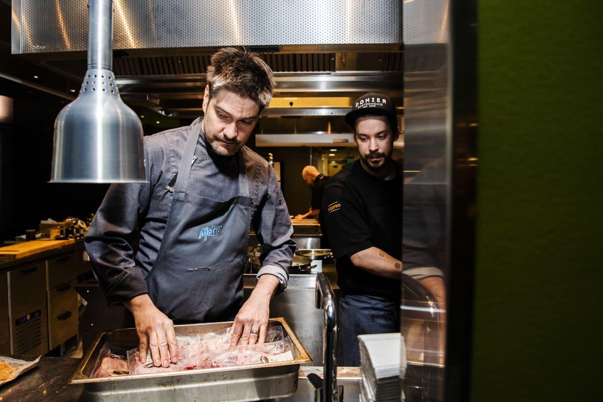 Henri Alén henkilökuntineen teki lounasvalmisteluja ravintola Pastiksessa 16. kesäkuuta.