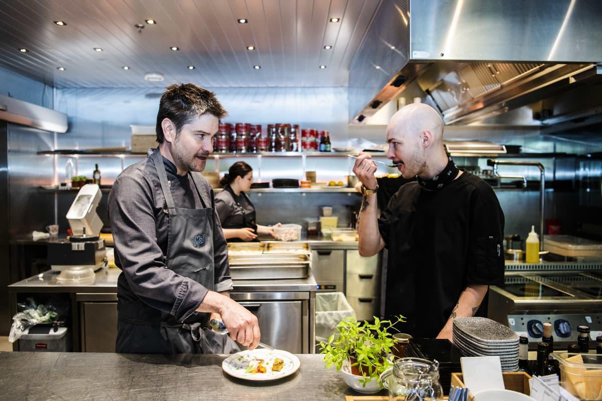 Kokki Henri Alèn ja kylmäkkö Saska Ruutiainen työskentelivät ravintola Pastiksen keittiössä.