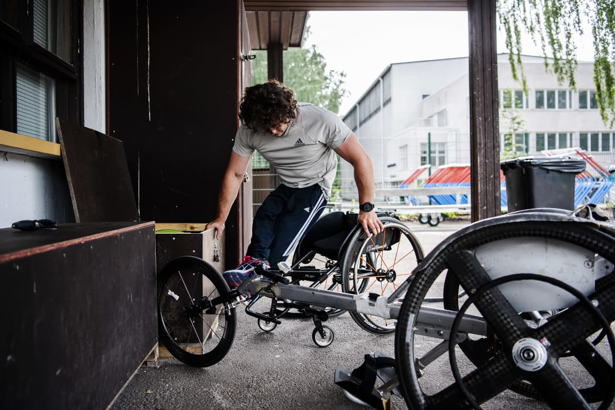Esa-Pekka Mattila laskeutuu kelauspyörätuoliinsa.