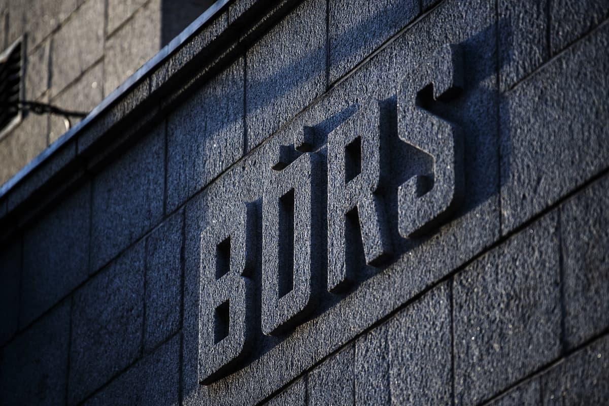 """Pörssitalon seinässä lukee """"Börs""""."""