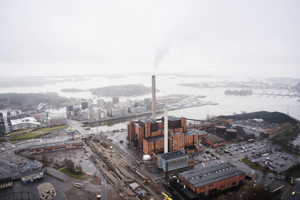 Ilmakuvassa on Hanasaaren voimalaitos toukokuussa 2021.