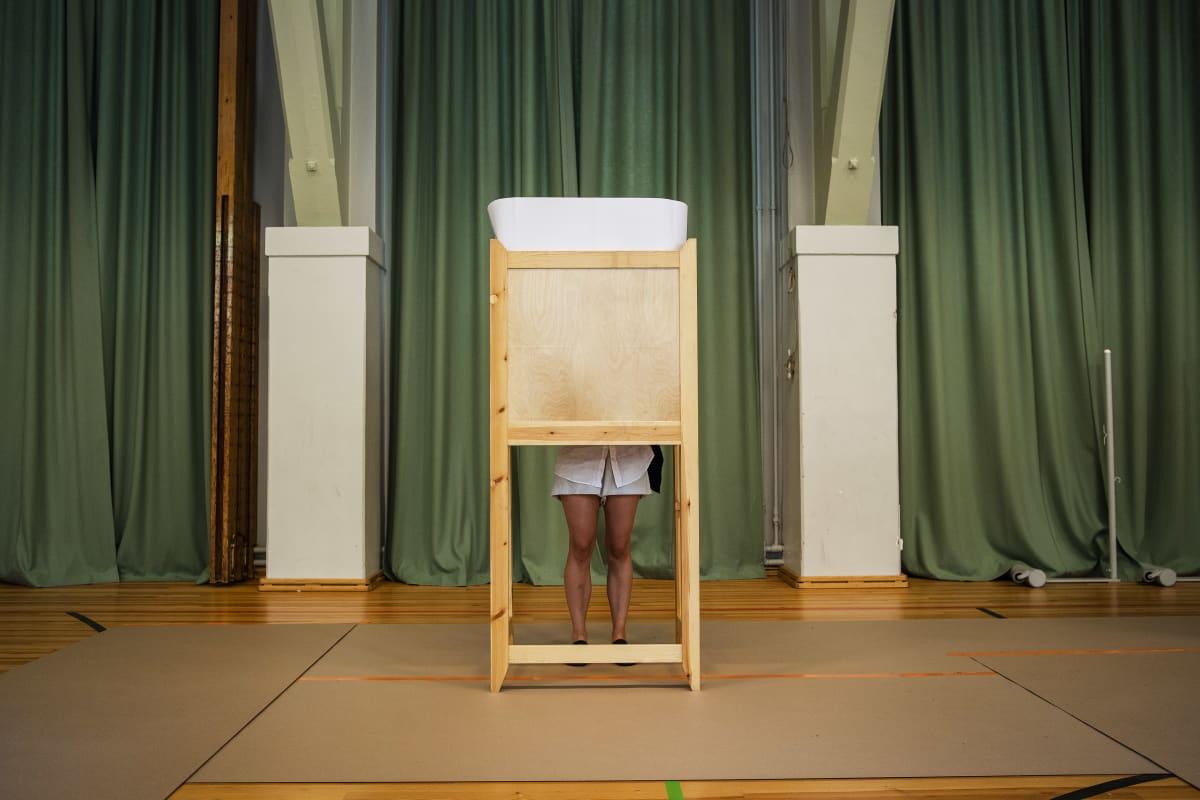 Ronja Sallinen äänesti Grundskolan Norsenilla Helsingissä vaalipäivänä 13. kesäkuuta.