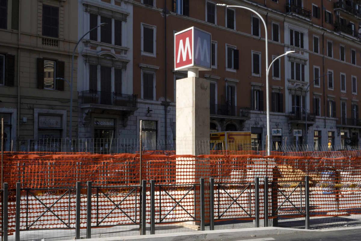 Tietyöt metroaseman luona.