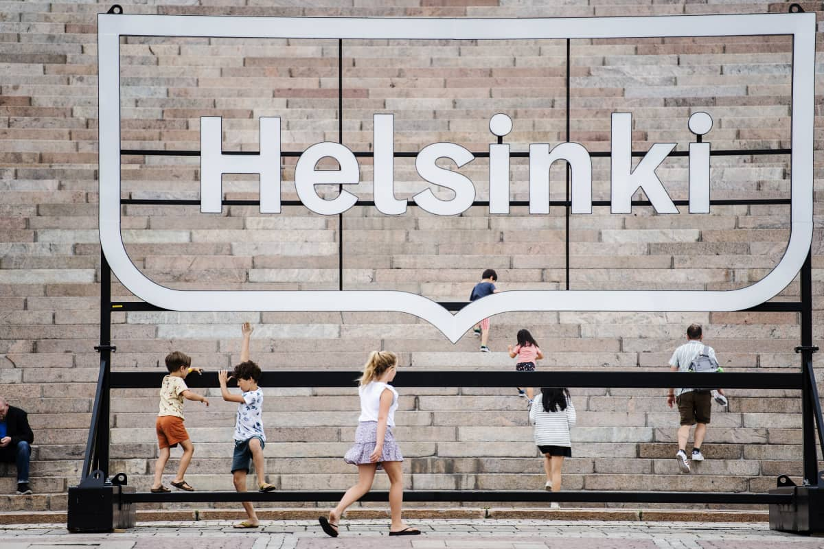 Ihmisiä Helsingin Senaatintorilla 16. elokuuta.