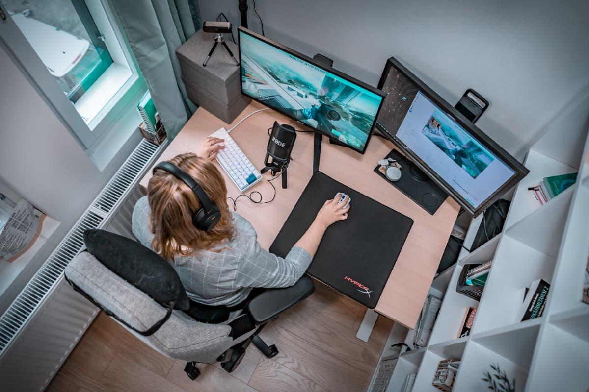 Iida Laiho pelaa tietokoneella.