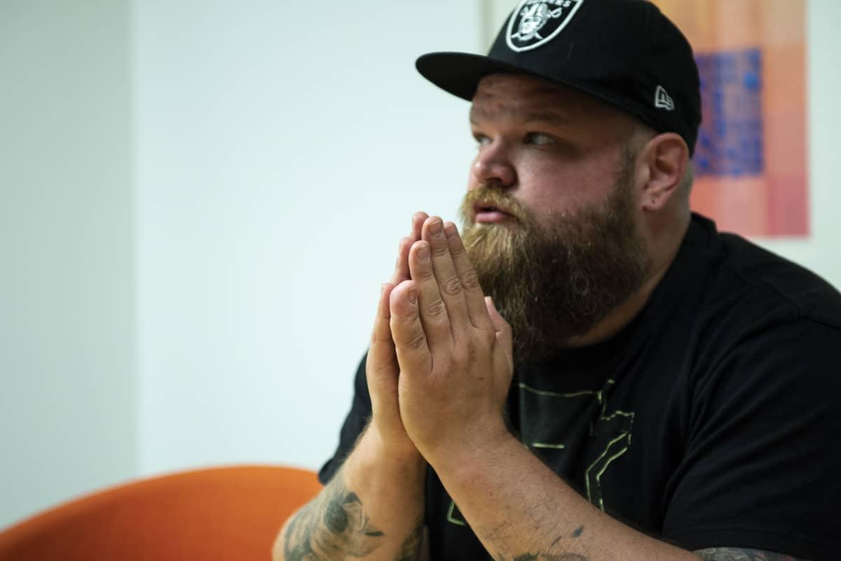 Entinen toimittaja Tuomas rajala kertomassa esikoiskirjastaan, joka käsittelee avioeroa miehen näkökulmasta. Kuva OP:n rakennuksesta elokuussa 2019.