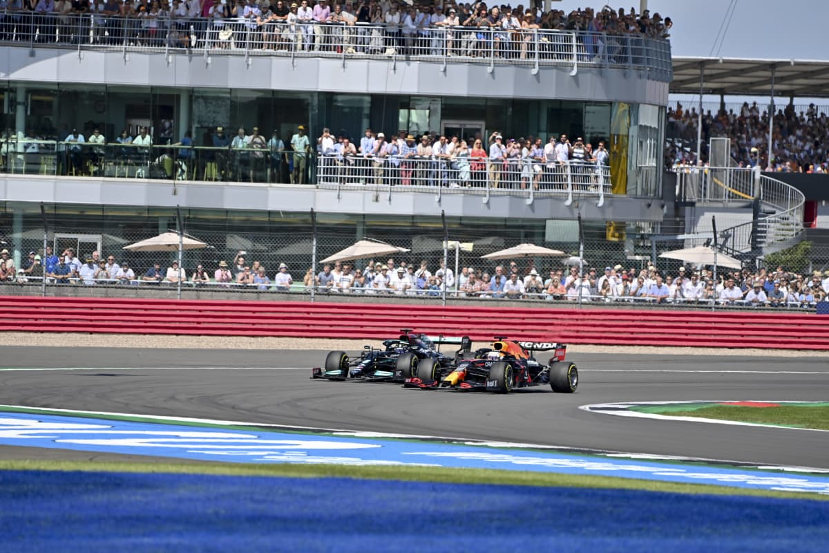 Max Verstappen ja Lewis Hamilton ajavat mutkaan rintarinnan.