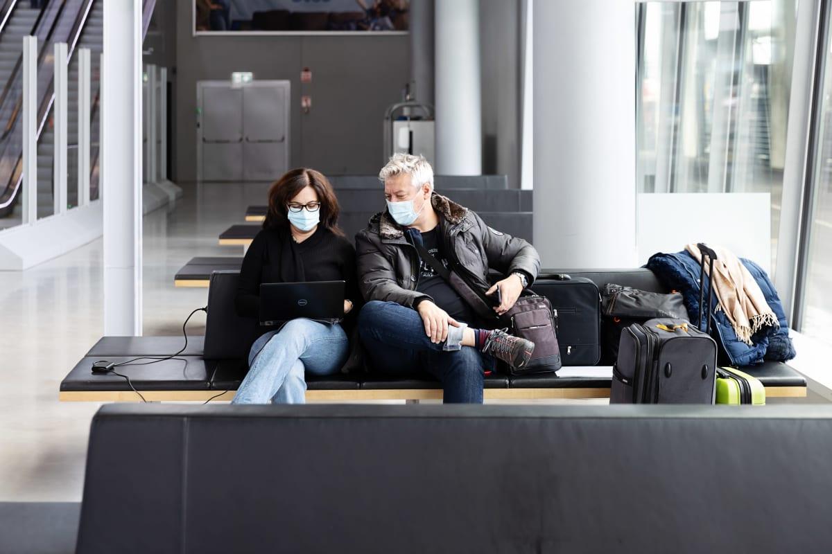 Anna ja István Galik Unkarista ovat matkalla Tallinnaan. Anna tutkistelee läppäriään, István seuraa.