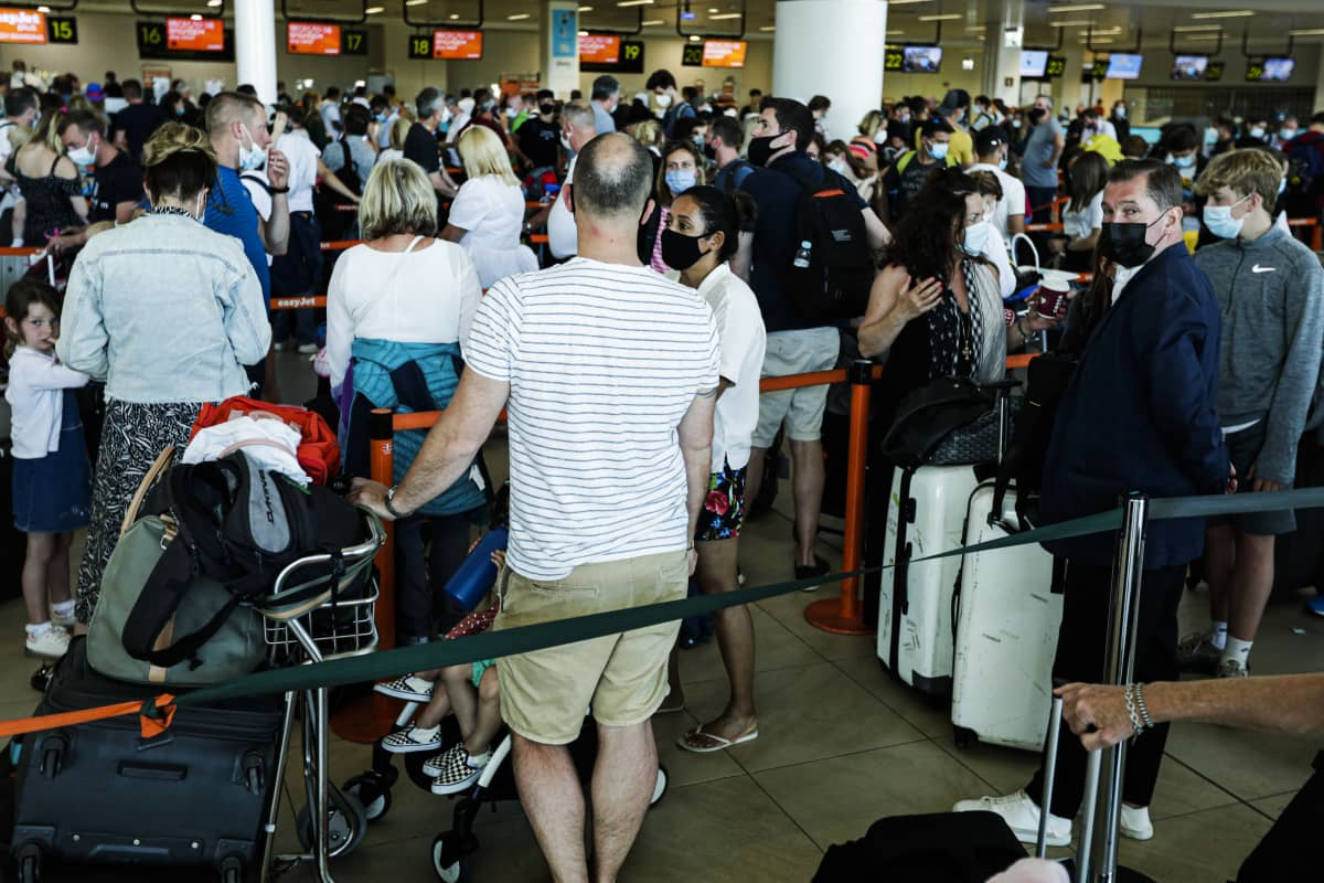 Brittituristeja tungeksi Faron lentoasemalla Algarvessa Portugalissa kesäkuun alussa sen jälkeen kun Britannia ilmoitti poistavansa Portugalin karanteenivapaiden matkustusmaiden listalta.