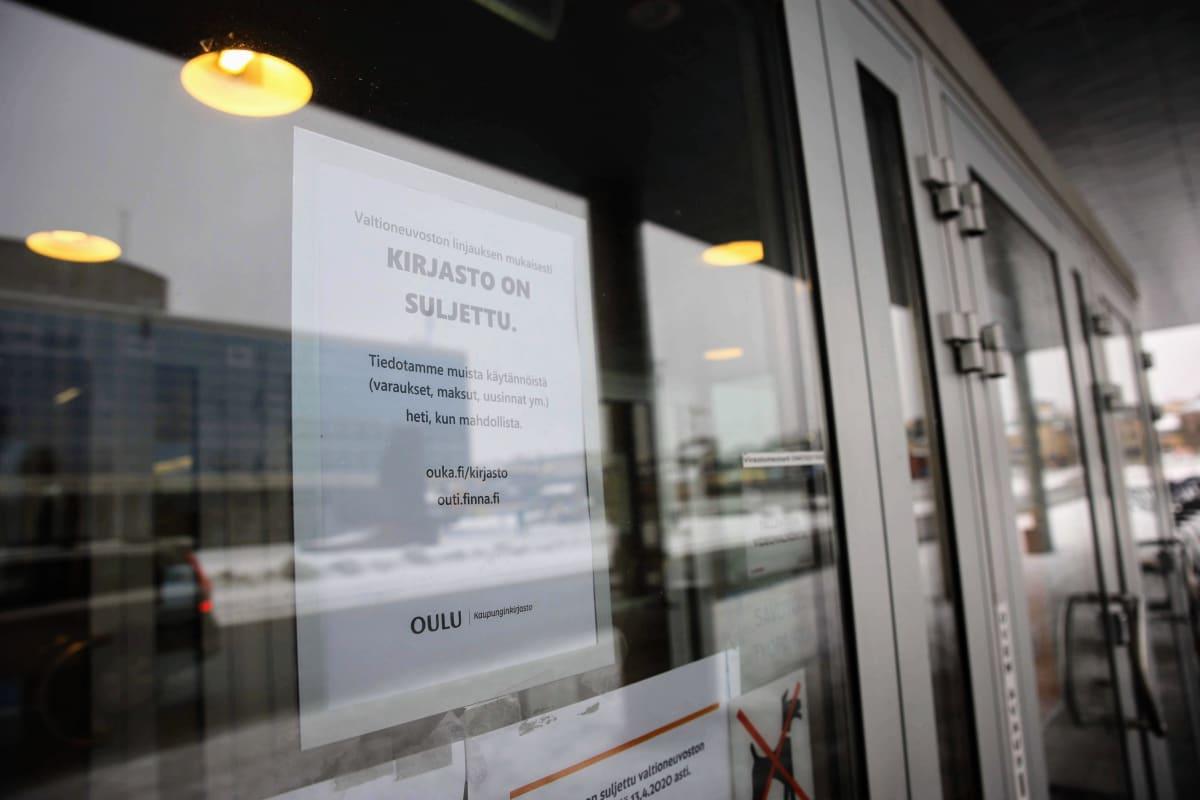 Tiedote kirjaston sulkemisesta Oulun pääkirjaston ovessa