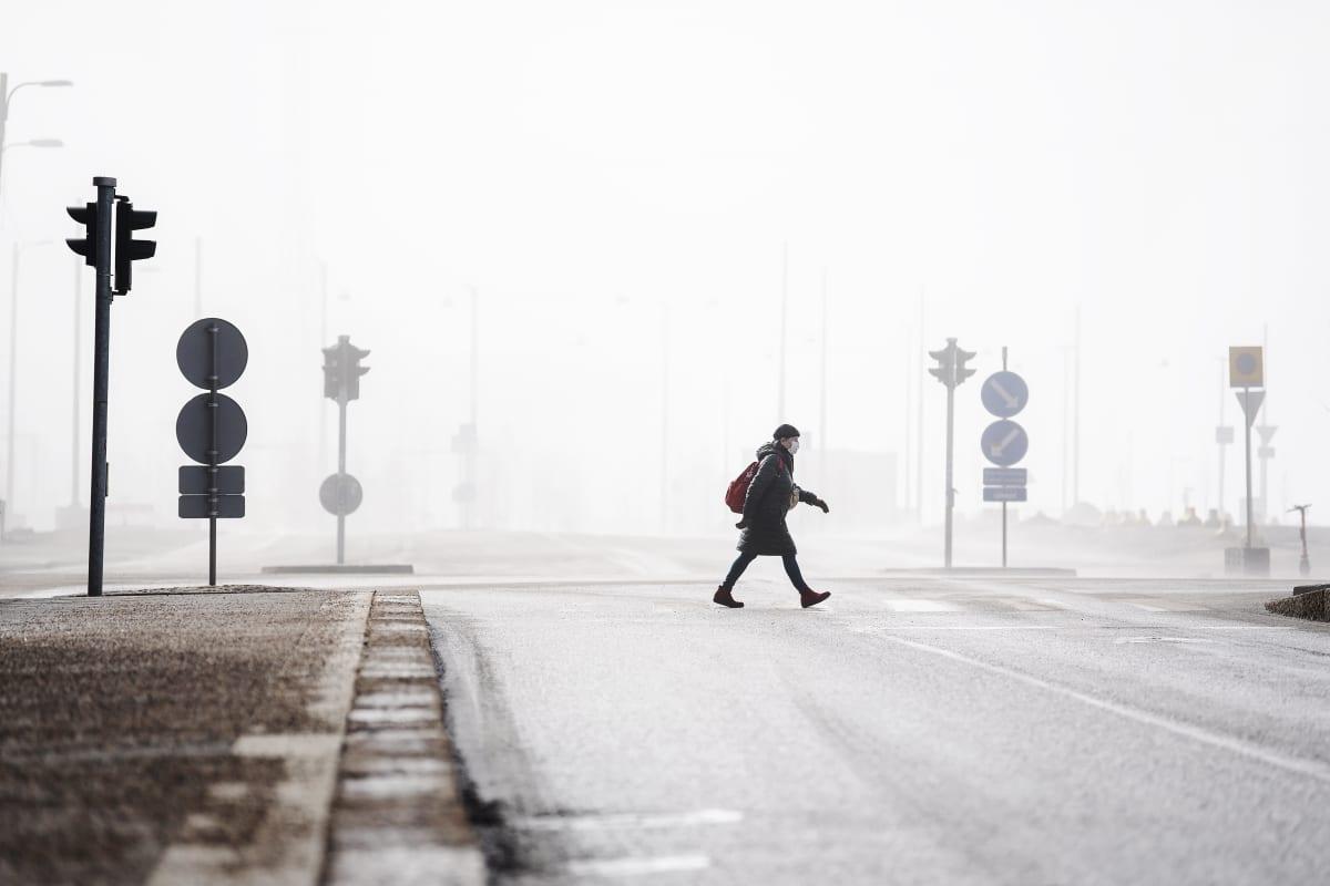 Helsingin Kalasatamassa ulkoiltiin sumuisessa säässä 26. maaliskuuta.