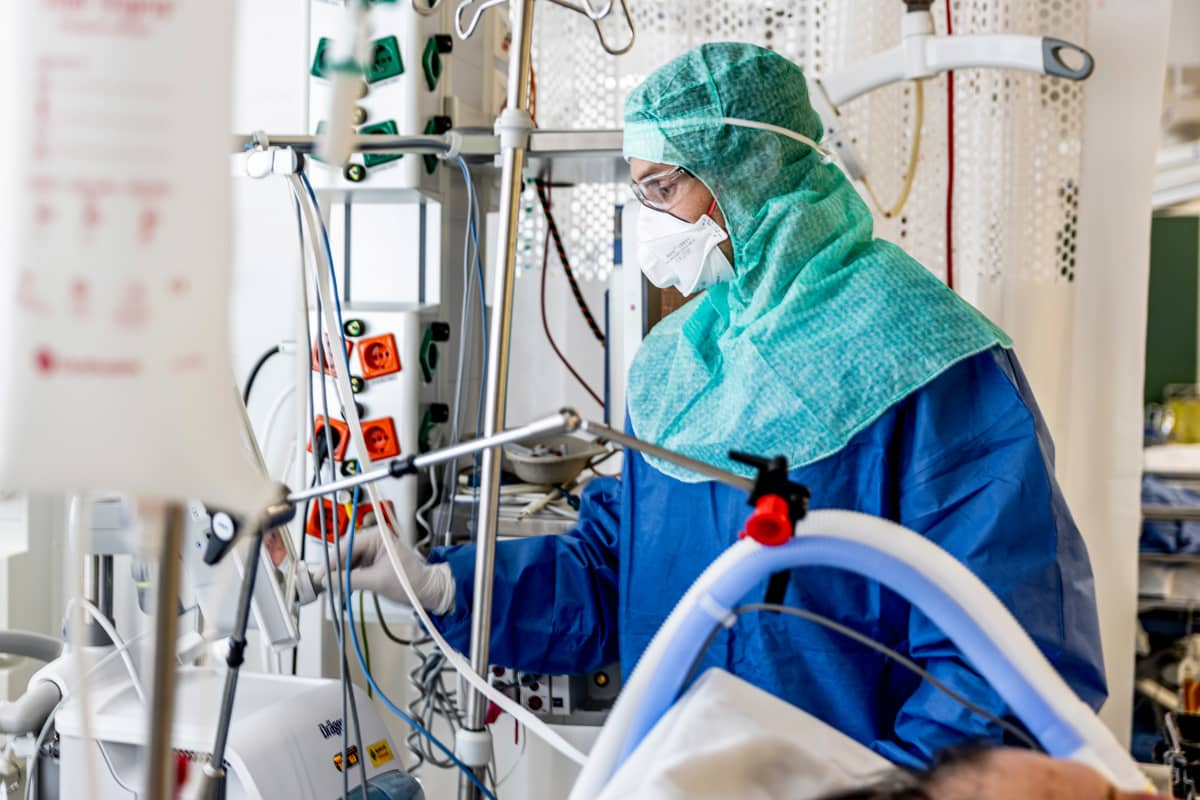 Sairaanhoitaja suojavarusteissa koronaosastolla