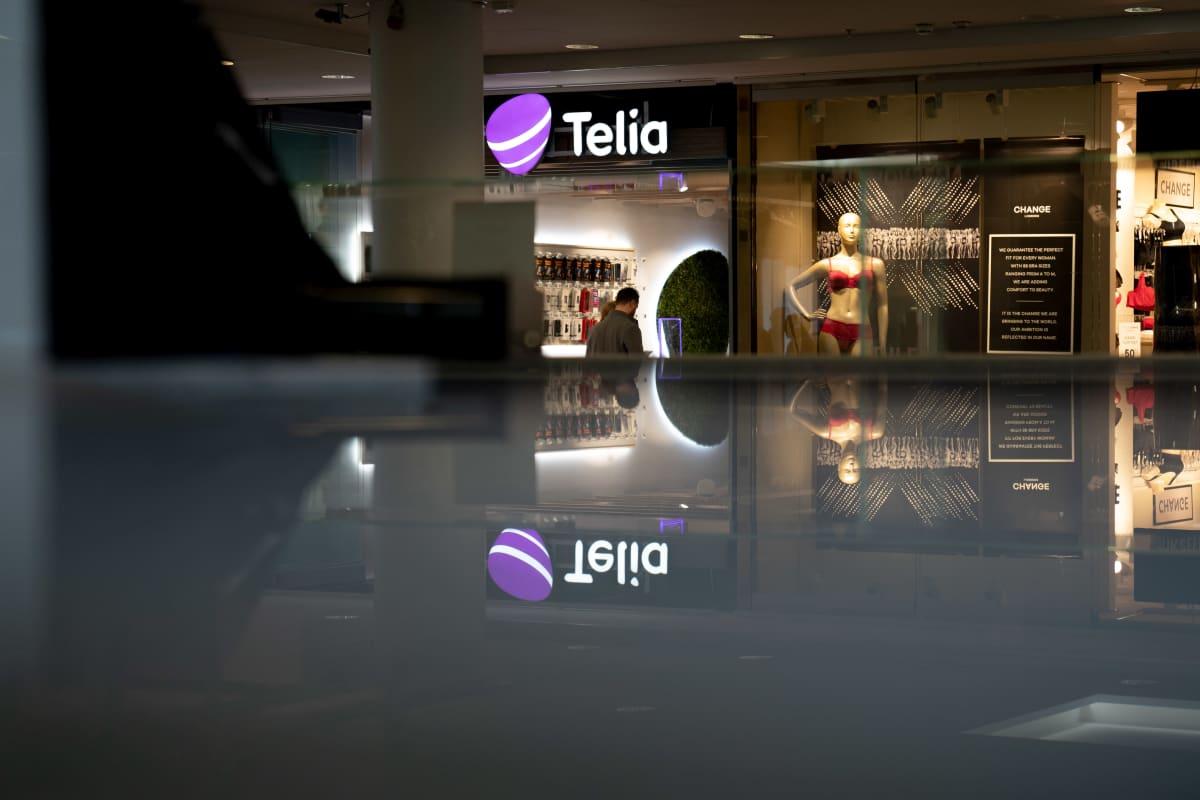 Telia kaupan edusta kauppakeskus Forumissa.
