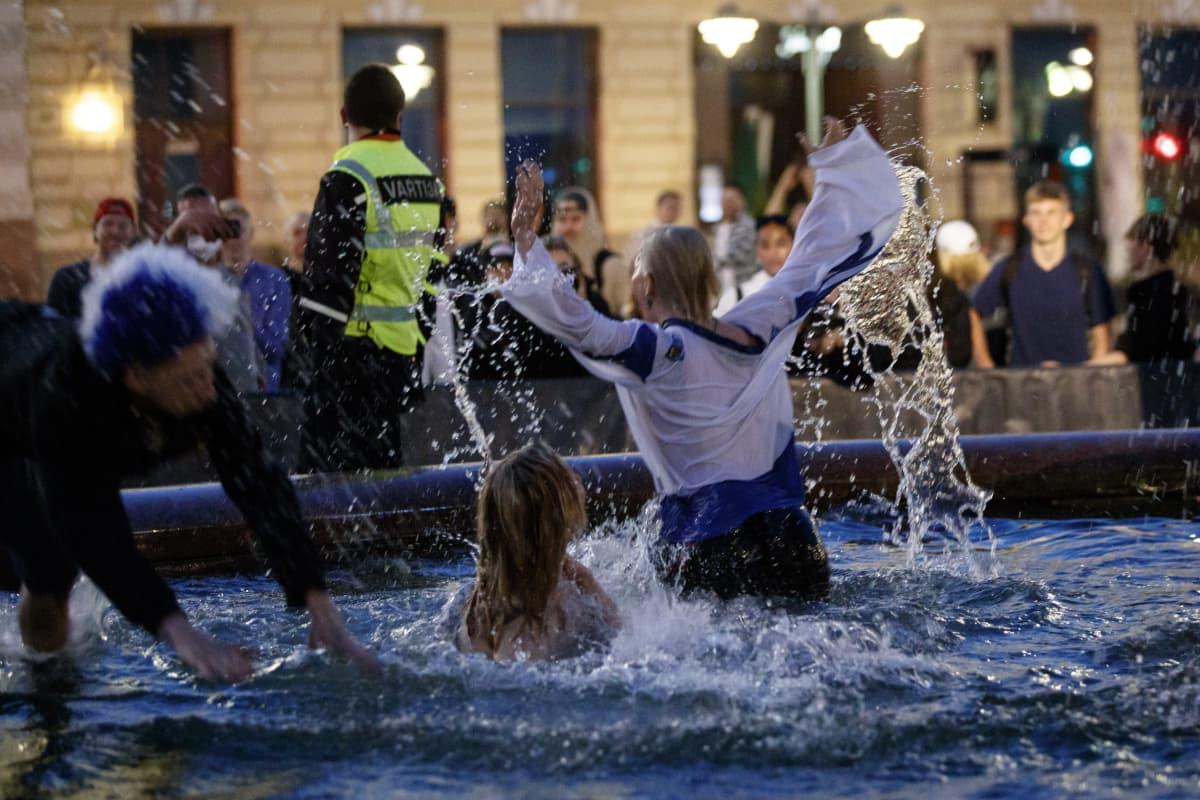 Ihmiset innostuivat uimaan Mantan patsaan altaassa, vaikka Suomi ei voittanutkaan jääkiekon MM-kilpailuja.