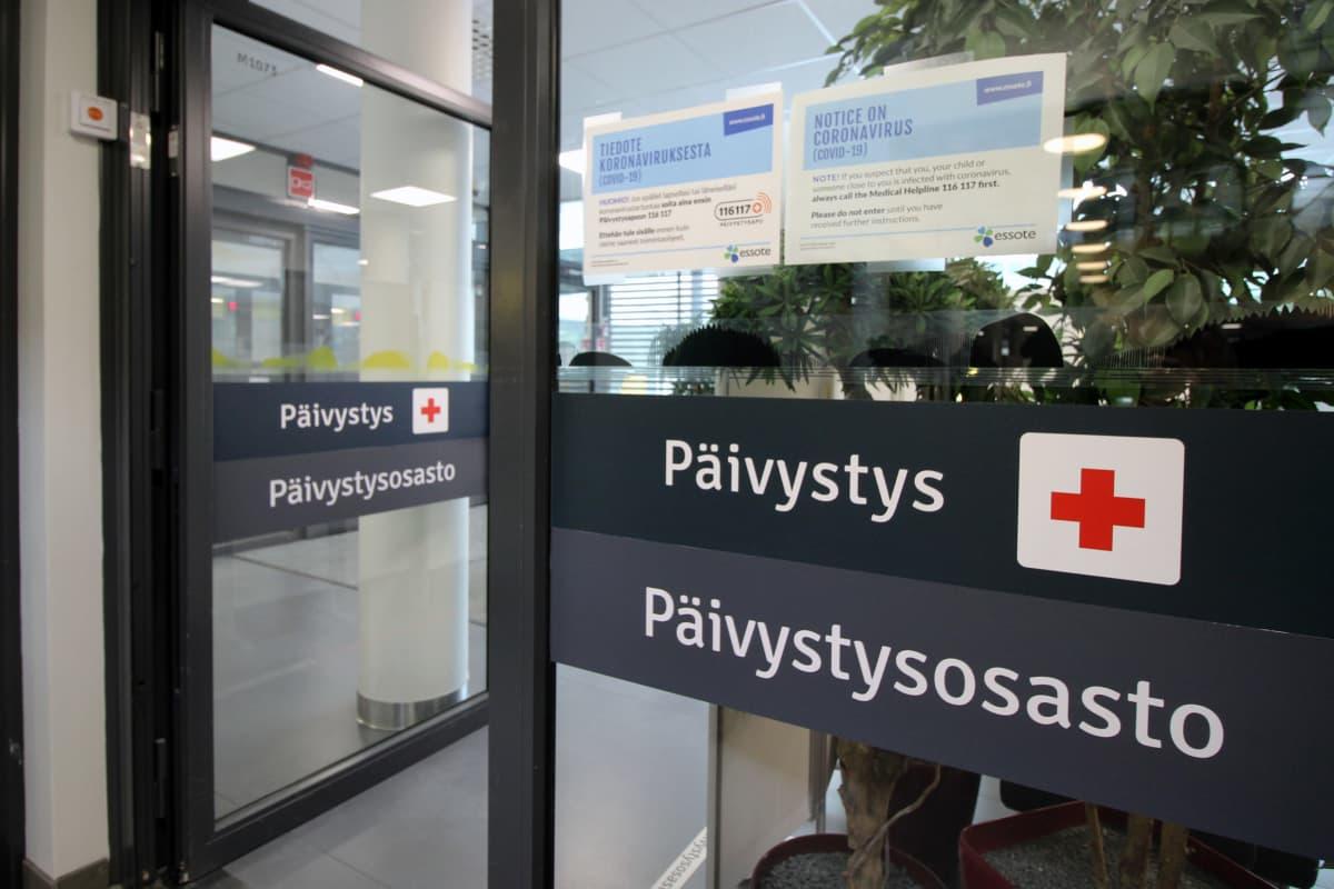 Mikkelin keskussairaalan päivystyksen ovet. Ovessa tiedote koronavirukseen liittyen.