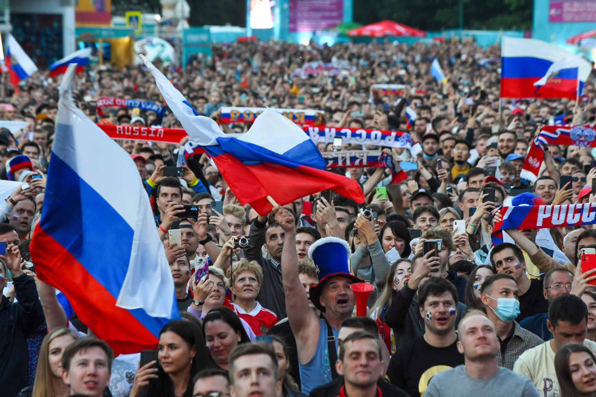 Venäläiset jalkapallofanit juhlivat.
