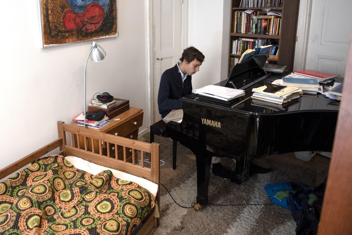 Anton Mejias soittaa huoneessaan Pianoa.