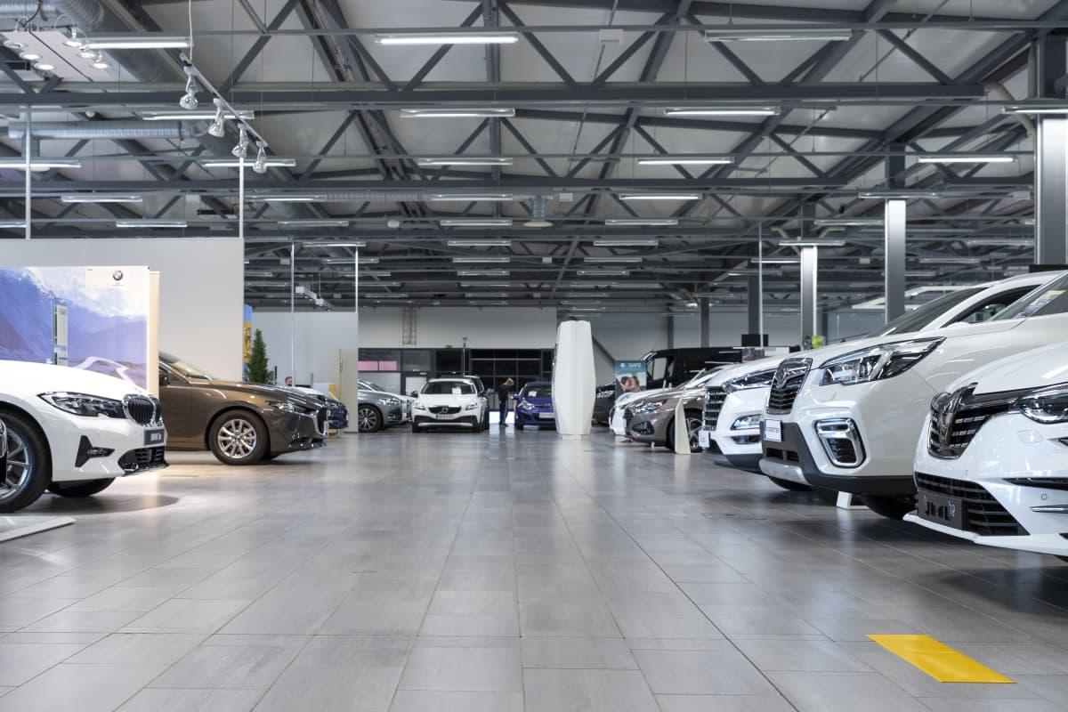 Myynnissä olevia autoja Wetterin myymälässä Kemissä