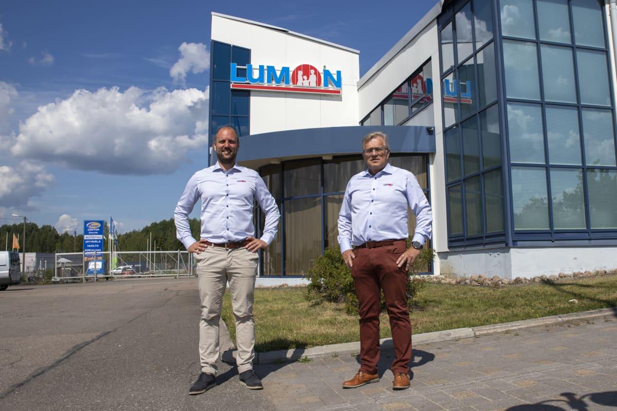 Jussi Kinnunen ja Tapani Kinnunen Lumonin konttorin edustalla
