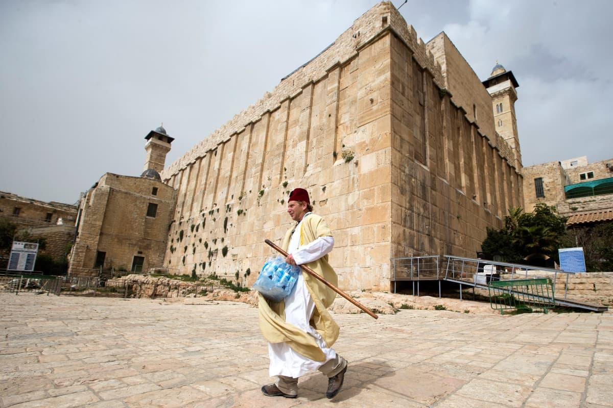 Juutalaismies ohittaa Patriarkkojen hautaa.