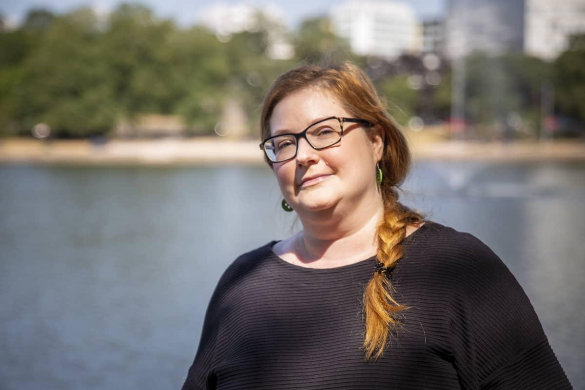 Tiina Vilponen Säästöpankin rannassa.