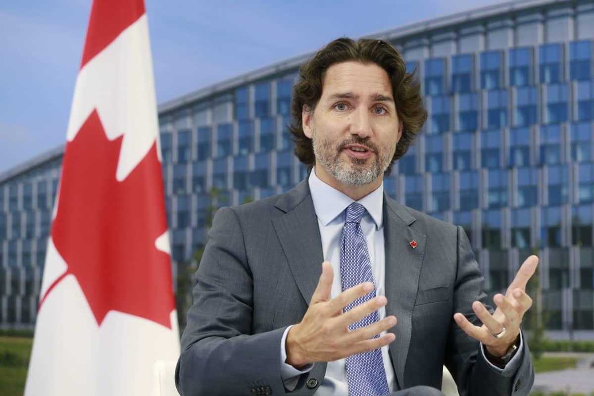 Kanadan pääministeri Justin Trudeau, taustalla Kanadan lippu
